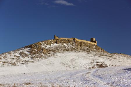De ruïnes van de middeleeuwse vesting Enisala in de winter, gelegen op een kalkstenen heuvel in Dobrogea - Roemenië