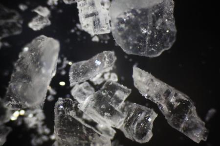 Salt crystals under polarized light microscope Stockfoto - 115842502