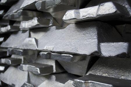 Pila di lingotti di alluminio greggio in alluminio profili di fabbrica Archivio Fotografico