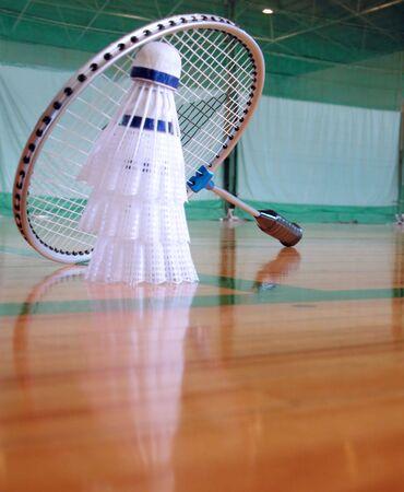 salle de sport: Perspective dans une salle de gymnastique avec les shuttlecocks et la raquette de badminton