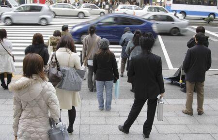 Image de gens qui attendent pour traverser la rue dans une grande ville.  Banque d'images - 819299