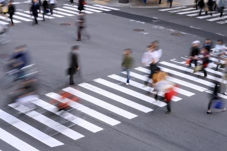 senda peatonal: Aspecto de un peat�n cruce con aspecto borroso de movimiento de la gente. Foto de archivo