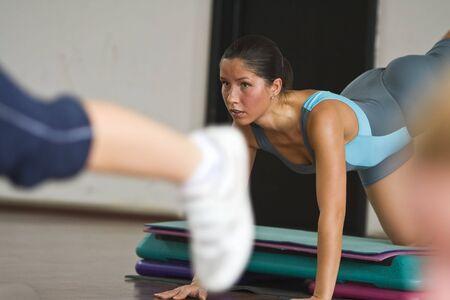 dinamismo: Close-up immagine di una donna fare aerobica e fitness hall.Intended composizione di accentuare il dinamismo delle immagini.