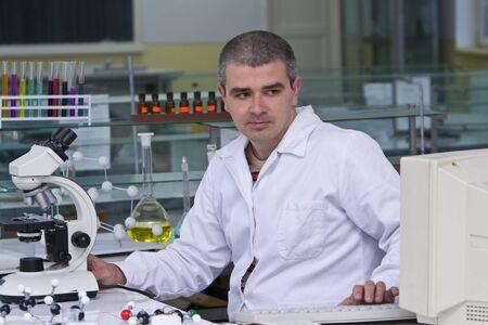 drug discovery: Un ricercatore di controllo dei dati sul computer del computer sul posto di lavoro