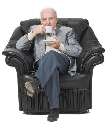hombre tomando cafe: Superior hombre que beb�a caf� mientras est� sentado en un sill�n.