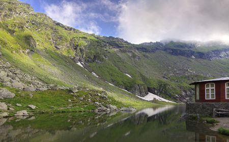 fagaras: Bellissimo paesaggio in montagna vicino a Fagaras Balea Lake, Romania.