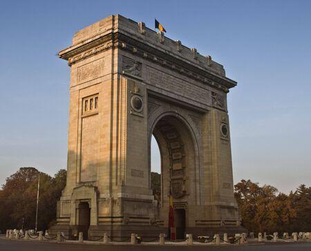 bucarest: Arc de Triomphe de Bucarest, en Roumanie dans un cr�puscule d'automne. Banque d'images