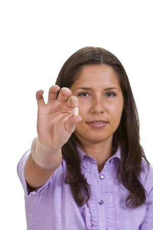 alkalmasság: Fiatal barna nő, aki egy tablettát ajánl. Stock fotó