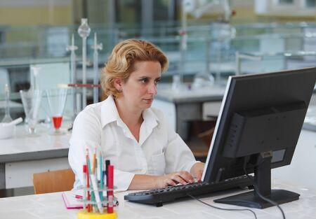 investigador cientifico: Mujer investigador que trabaja en un equipo en un laboratorio.