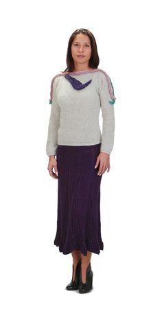 tejidos de punto: Mujer joven con atuendos de g�neros de punto aislados contra un fondo blanco.