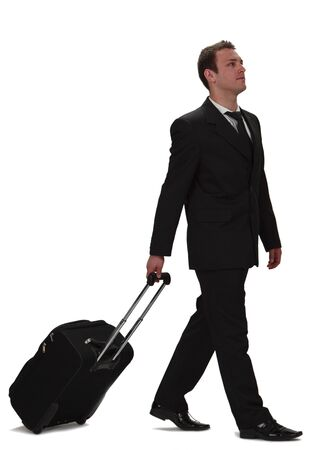 kilometraje: Un joven empresario llevando una maleta de rodillos, aislada en un fondo blanco.