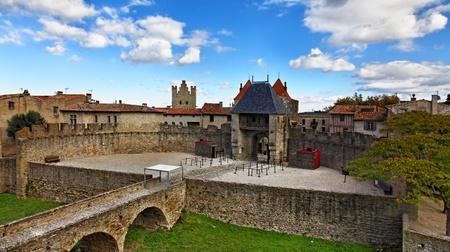 ufortyfikować: Obraz przy wejÅ›ciu w The Carcassonne widziany z zamku.Carcassonne jest bardzo sÅ'ynnego wzmocniony Å›redniowieczne miasto poÅ'ożone w regionie Languedoc-Roussillon (departamencie Aude) w poÅ'udnie Francji. Zdjęcie Seryjne