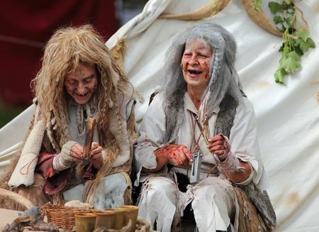 lepra: Nogent le Rotrou, Francia, 16 de mayo de 2010: las mujeres de dos actores vistiendo un traje específico y maquillaje para personas leprosos en la edad medieval, durante la