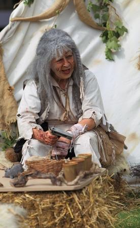 lepra: Nogent le Rotrou, Francia, 16 de mayo de 2010: una mujer de actor vistiendo un traje específico y maquillaje para personas leprosos en la edad medieval, durante la