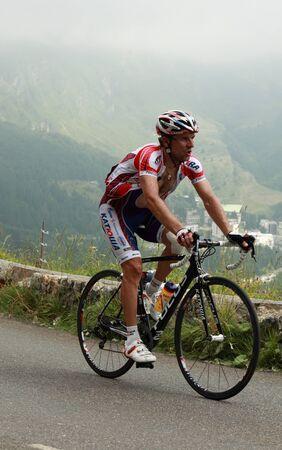 gusev: Beost, Francia, 15 luglio 2011: L'immagine del ciclista Vladimir Gusev (Team Katusha), salendo gli ultimi chilometri del passo categoria H Abisque montagna, durante la 13 � tappa del Tour de France 2011.