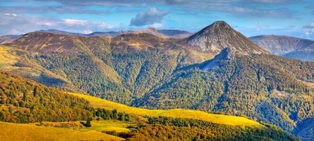Hermosa imagen del Macizo Central, ubicado en el centro-sur de France.Here es la concentración más grande de volcanes extintos en el mundo, con aproximadamente 450 volcanes.