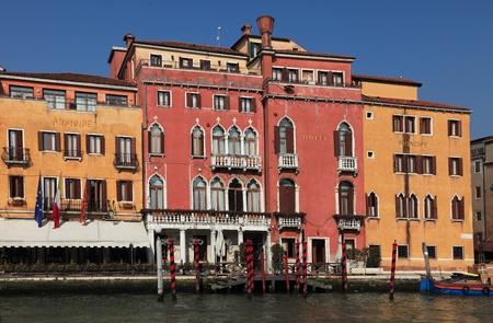 principe: Venecia, Italia - 25 de febrero de 2011: Imagen del Hotel Principe en el Gran Canal, la vía fluvial más grande de la city.Venice es una ciudad especial en Italia, construida en un archipiélago de 117 islas formadas por 177 canales en una laguna de poca profundidad, conectados por 409 puentes
