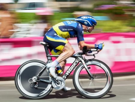 cyclist: Beaurouvre, Frankrijk, 27 Juli 2012: Paning beeld van de Belgische wielrenner Nick Nuyens (Team Saxo-Bank Thinkoff Bank) rijden tijdens de 19de etappe-een tijdrit tussen de Bonneval en Chartres-of