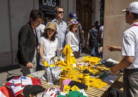 le cap: París, Francia, 22 de julio de 2012: Imagen de los turistas que compran en una calle de permanecer varios recuerdos específicos en el centro de París durante el día de la última etapa del Tour de Francia 2012 en París, Francia. Editorial