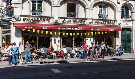 brasserie restaurant: Rouen, France, 5 Juillet 2012: l'image du Grand Saint-Marc Brasserie plein de clients en une matin�e � Rouen, en Normandie, en France. �ditoriale