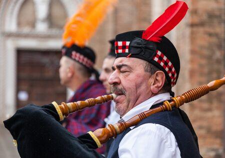 highlander: Venecia, Italia, 18 de febrero 2012: Retrato ambiental de un gaitero escocés actuando en una calle de Venecia durante los días del carnaval de Venecia. Editorial