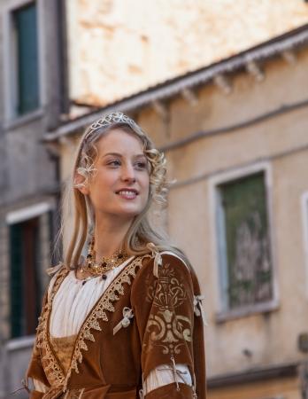 vestido medieval: Venecia, Italia, 26 de febrero 2011: Una mujer joven hermosa en Sestiere Castello en Venecia paticipate en un desfile de personajes medievales durante los días de Carnaval.