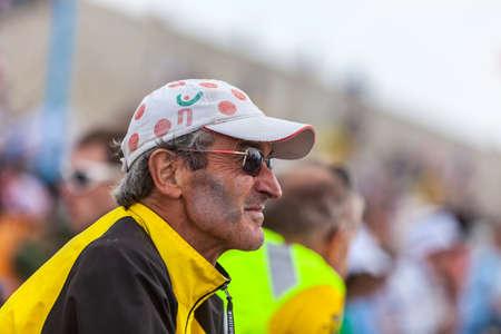 le cap: Mont Ventoux, Francia, 14 de julio 2013 Perfil de un hombre maduro mirando a la carretera antes de la aparici�n de los ciclistas durante la etapa 15 de la edici�n 100 del Tour de Francia 2013 Editorial