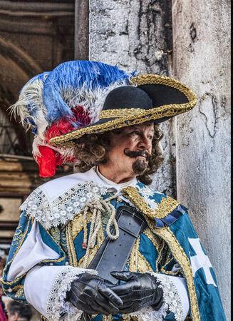 mosquetero: Venecia, Italia el 18 de febrero, 2012 Retrato ambiental de una persona disfrazada de un mosquetero franc�s de anta�o posando para los turistas en Venecia durante los d�as de Carnaval