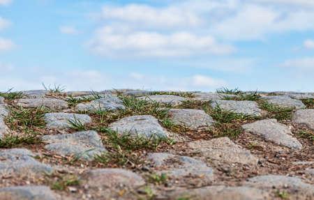 course cycliste: Tr�s faible perspective d'une route pav�e et un ciel nuageux Ces routes sont sp�cifiques pour le Nord de la France o� chaque ann�e a lieu l'un des plus c�l�bre v�lo d'une journ�e la course Paris-Roubaix