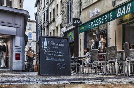 brasserie restaurant: Avignon, France-Novembre 02,2013- image d'un tableau noir avec le menu du petit d�jeuner en face d'une brasserie fran�aise � la Place du Changement � Avignon �ditoriale