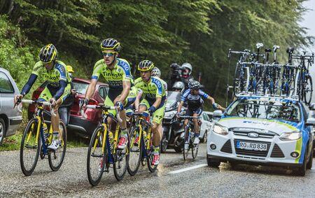 alberto: Col du Platzerwasel, Francia - 14 de julio 2014 Los miembros del Equipo Thinkoff - Saxo ayuda Alberto Contador para subir el camino de paso de monta�a Platzerwasel en monta�as de los Vosgos, en la etapa 10 del Tour de Francia 2014 En esta imagen Contador monta con un Editorial