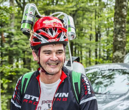 le cap: Le Markstein, Francia-13 de julio 2014: Retrato de un aficionado divertido disfrazado de le Tour de Francia en el camino hacia el puerto de montaña Le Markenstein durante la etapa 9 del Tour de Francia 2014.