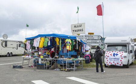 le cap: Le Markstein, Francia-13 de julio 2014: Soporte de recuerdos de Le Tour de France se encuentran en puerto de montaña Le Markstein durante la etapa 9 del Tour de Francia 2014.