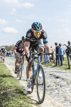 ルーク: カルフール ド会館、フランス 4 月 12,2015: サイクリスト、ウェールズ デーゲンコルプのチームの巨大な-Alpecin には、有名な cobblesoned セクター カルフール ドゥ会館デーゲ パリ ルーベ 2015年レース中に乗ってのドイツのサイクリストに続いてチーム Sky のルーク ・ ロウ