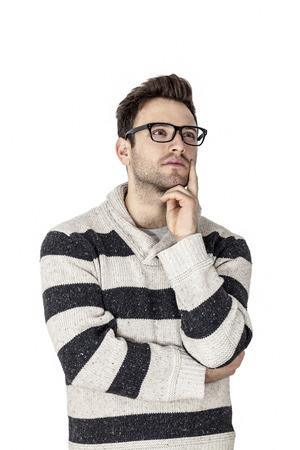 reflexionando: Retrato de un hombre joven que piensa, aislado contra un fondo blanco