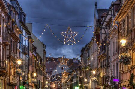 Schön dekorierte Straße während der Winterferien, in Colmar, Elsass, Frankreich. Standard-Bild - 48892555