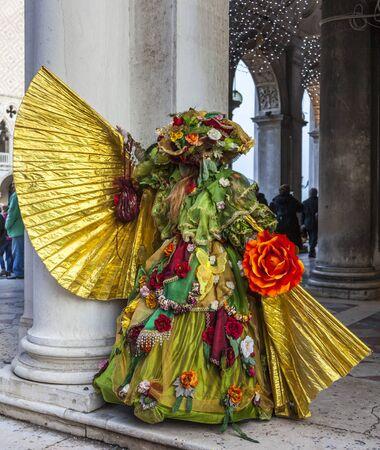 Venedig, Italien 2. März 2014: Eine Person verkleidet ina sehr reich und während der Karneval von Venedig Tagen in San Marco Sqaure posiert sophisticate Kostüm.