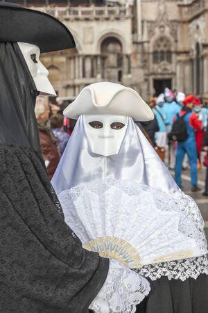 Venedig, Italien 2. März 2014: Paare mit Masken Bauta in dem Markusplatz während der Karneval von Venedig Tagen aufwirft.