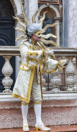 pantomima: Venecia, Italia, 2 de marzo de 2014: el hombre Disgusied en un traje del sol haciendo una pantomima en la Plaza de San Marcos durante los d�as de Carnaval de Venecia.