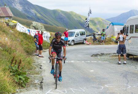 cansancio: Col de la Croix de Fer, Francia - 23 de julio de 2015: El ciclista portugu�s Jos� Joao Pimenta Mendes Costa de Bora�Argon 18 Equipo de escalada para el Col de la Croix de Fer en los Alpes durante la etapa 20 del Tour de Francia de 2015.