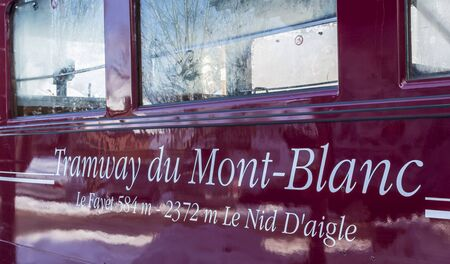 """Saint-Gervais, France - 30 décembre 2014: Gros plan sur l'inscription """"Tramway du Mont Blanc"""" sur un wagon du tramway de la gare de Saint-Gervais le 30 décembre 2014. C'est le plus haut tramway de France reliant Saint Gervais avec Nid d Banque d'images - 69960126"""