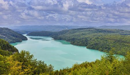 フランス、ジュラの川アインに Vouglans 湖の画像です。