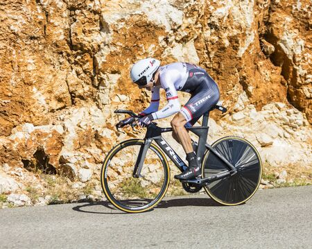 Col du Serre de Tourre, Frankrijk - juli 15,2016: De Nederlandse fietser Bauke Mollema van Trek-Segafredo Team rijden tijdens een individuele tijdrit fase in de kloven van de Ardèche op de Col du Serre de Tourre tijdens de Tour de France 2016. Redactioneel