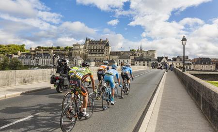 Amboise, Frankrijk - Oktober 8.2017: De afgescheiden die de brug voor Amboise Castle doorgeven tijdens de Parijs-reizen weg het cirkelen race.