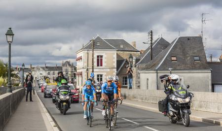 Amboise, Frankrijk - Oktober 8.2017: Het afgescheiden doorgeven van de brug in Amboise tijdens het Parijs-reizen weg het cirkelen ras.