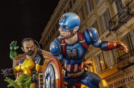 Nice, France - 16.02.2019: Image of a scene featuring President Macron and Prime Minister Philippe as mivies characters appearing in the night parade- King of Cinema- of the Carnaval de NIce 2019. The theme of this year's carnival is the cinema, because t Banque d'images - 120229660