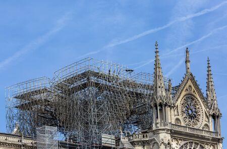 Immagine dettagliata delle impalcature e dei resti della cattedrale di Notre Dame a Parigi dopo che l'incendio ha distrutto l'intero tetto. Archivio Fotografico