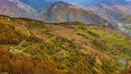 Imagen de una carretera ubicada en los Pirineos durante el otoño.