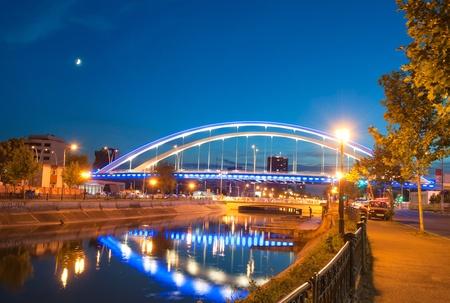 夜、ブカレスト、ルーマニアの Basarab 橋