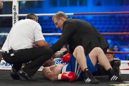 knocked out: Galati, Rumania - 23 de agosto: Ionut Trandafir fue noqueado por Flavius ??Biea pelea por el t�tulo welter de la OMB, el 23 de agosto de 2013, en Galati, Rumania. Editorial